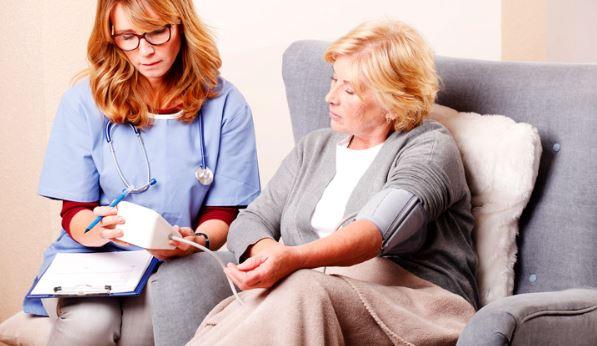 S'occuper d'un malade à domicile : envisagez l'aide à domicile